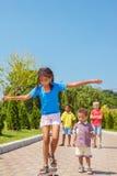 Het onhandige meisje met een skateboard rijden Royalty-vrije Stock Afbeelding