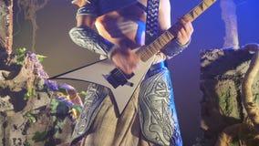 Het onherkenbare mens spelen op elektrische gitaar in stadium tijdens rotsoverleg Musicus het spelen solo op gitaar Sluit omhoog stock footage
