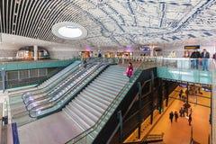 Het onlangs gebouwde station met forenzen die door in Delft overgaan royalty-vrije stock foto