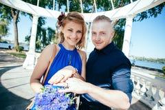 Het onlangs-gehuwde paar toont hun trouwringen Stock Afbeeldingen