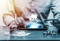 Het online bankwezen van het technologienetwerk en het bankwezen en netwo van Internet Royalty-vrije Stock Afbeeldingen