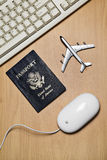 Het online concept van het reisstilleven Stock Foto's