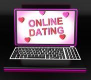 Het online Daterende Bericht op Laptop toont de Liefde van Romancing en van het Web stock illustratie