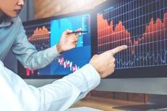 Het online de Investering van commerciële Team handelvoorraden bespreken en stock foto
