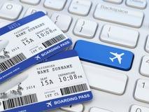 Het online kaartje boeken Instapkaart op laptop toetsenbord Royalty-vrije Stock Foto