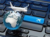 Het online kaartje boeken Vliegtuig en aarde op laptop toetsenbord Stock Fotografie