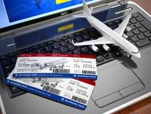 Het online kaartje boeken Vliegtuig en instapkaart op laptop keyb Stock Foto