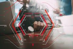 Het online Medische Concept van de Overzichtenevaluatie met computer halogram Stock Fotografie