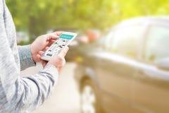 Het online rit delen en carpool mobiele toepassing stock fotografie