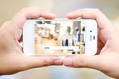 Het online winkelen met addessbar op slimme telefoon, Elektronische handel Stock Foto's