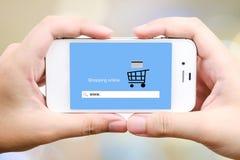 Het online winkelen op het slimme telefoonscherm, Elektronische handel Royalty-vrije Stock Fotografie