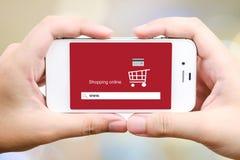 Het online winkelen op het slimme telefoonscherm, Elektronische handel Stock Foto's