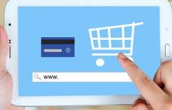 Het online winkelen op het tabletscherm, Elektronische handel Stock Fotografie