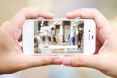 Het online winkelen op slimme telefoon, Elektronische handel Stock Afbeeldingen