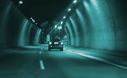 Het onscherpe beeldauto drijven in stads 's nachts tunnel Stock Foto