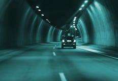 Het onscherpe beeldauto drijven in stads 's nachts tunnel Royalty-vrije Stock Afbeelding