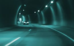 Het onscherpe beeldauto drijven in stads 's nachts tunnel Royalty-vrije Stock Fotografie