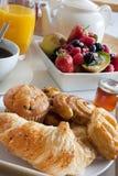 Het ontbijt behandelt met fruit en gebakjes stock foto