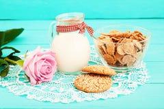 Het ontbijt en roze nam op blauw houten servet toe als achtergrond en kant Hoogste mening en exemplaarruimte Selectieve nadruk Royalty-vrije Stock Foto