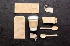 Het ontbijt haalt met document omhoog weg zakken op donkere lijst achtergrond hoogste meningsspot Royalty-vrije Stock Foto