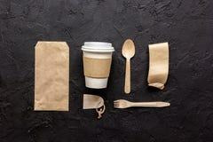 Het ontbijt haalt met document omhoog weg zakken op donkere lijst achtergrond hoogste meningsspot Stock Afbeelding