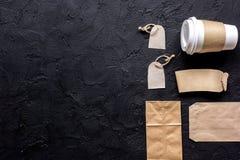 Het ontbijt haalt met document omhoog weg zakken op donkere lijst achtergrond hoogste meningsspot Royalty-vrije Stock Foto's