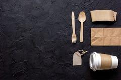 Het ontbijt haalt met document omhoog weg zakken op donkere lijst achtergrond hoogste meningsspot Stock Fotografie