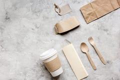 Het ontbijt haalt met document omhoog weg zakken op grijze lijst achtergrond hoogste meningsspot Stock Foto's