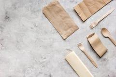 Het ontbijt haalt met document omhoog weg zakken op grijze lijst achtergrond hoogste meningsspot Royalty-vrije Stock Afbeeldingen