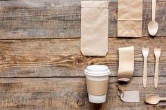 Het ontbijt haalt met document omhoog weg zakken op houten lijst achtergrond hoogste meningsspot Stock Foto's