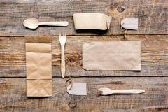 Het ontbijt haalt met document omhoog weg zakken op houten lijst achtergrond hoogste meningsspot Royalty-vrije Stock Fotografie