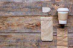 Het ontbijt haalt met document omhoog weg zakken op houten lijst achtergrond hoogste meningsspot Stock Afbeeldingen