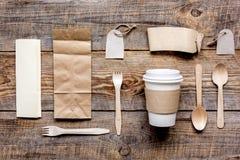 Het ontbijt haalt met document omhoog weg zakken op houten lijst achtergrond hoogste meningsspot Stock Foto