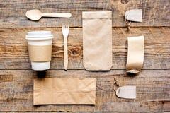 Het ontbijt haalt met document omhoog weg zakken op houten lijst achtergrond hoogste meningsspot Stock Fotografie