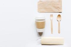 Het ontbijt haalt met document omhoog weg zakken op witte lijst achtergrond hoogste meningsspot Royalty-vrije Stock Foto's
