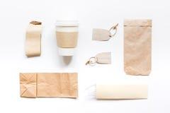 Het ontbijt haalt met document omhoog weg zakken op witte lijst achtergrond hoogste meningsspot Stock Afbeelding