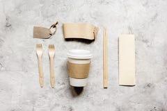 Het ontbijt haalt met document omhoog weg zakken op witte lijst achtergrond hoogste meningsspot Stock Foto