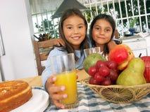 Het ontbijt van de dochter. Royalty-vrije Stock Fotografie