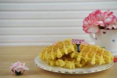 Het ontbijt van de moedersdag van warme wafels en bloemen stock afbeelding