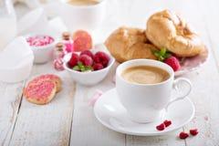 Het ontbijt van de valentijnskaartendag met croissants stock afbeelding