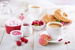 Het ontbijt van de valentijnskaartendag met croissants stock afbeeldingen