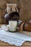 Het ontbijt van het land - brood, eieren, melk op de houten lijst Royalty-vrije Stock Foto's