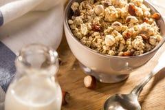 Het ontbijt van ochtendgranola met rozijnen, Amerikaanse veenbessen en hazelnoot stock foto's
