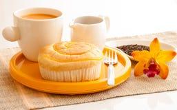 Het ontbijt wth paneert en kop van melkthee. Stock Afbeeldingen