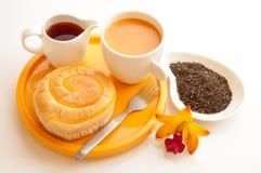 Het ontbijt wth paneert en kop van melkthee. Stock Foto's