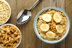 Het ontbijthavermeel van de banaanokkernoot boven mening stock fotografie