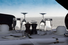 Het ontbijtlijst die van Champagne dichtbij strand plaatst Royalty-vrije Stock Foto