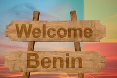 Het onthaal aan Benin zingt op houten achtergrond met het mengen van nationale vlag Stock Fotografie