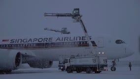 Het ontijzelen van Singapore Airlines-vliegtuig is gebeëindigd stock videobeelden