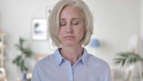Het ontkennen van Oude Vrouw die Aanbieding verwerpen stock videobeelden